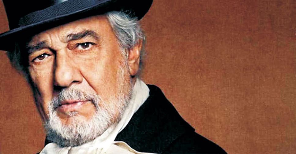 Hombre con barba blanca y sombrero de copa sobre fondo marrón